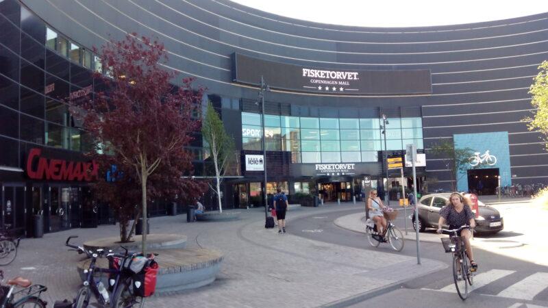Ein Kino- und Einkaufszemtrum mit Fahrradgarage
