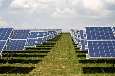 Bild eines Solarparks in Südausrichtung (C) ILIOTEC Solar GmbH, www.iliotec.de https://commons.wikimedia.org/wiki/File:Solarpark_Oberhinkofen.jpg