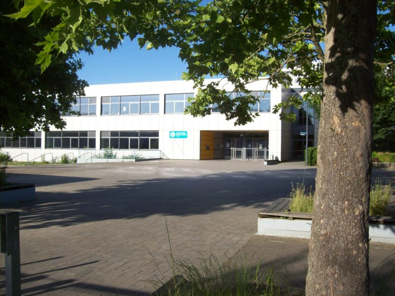 Eingang der Geschwister Scholl Schule Benhseim